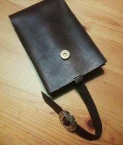 マグネットをはずしてベルトを引っ張ると出てきます